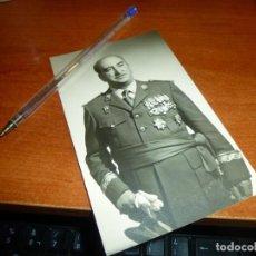 Militaria: FOTOGRAFIA DE MILITAR ESPAÑOL ALTA GRADUACION EN UNIFORME DE GALA, CARGADO DE MEDALLAS, 14 X 8,5 CM.. Lote 134841390