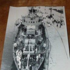 Militaria: FOTO ORIGINAL BUQUE CAÑONERO MINADOR TRITON (F-22) EN SANTANDER 1950 FOTO BUSTAMANTE. Lote 134869550