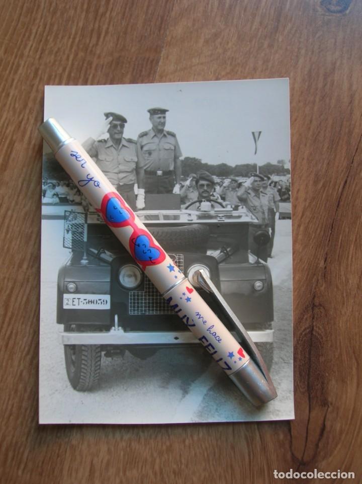 CURIOSA FOTOGRAFIA DE GENERAL PASANDO REVISTA. EPOCA DE LA TRANSICIÓN. LAND ROVER. (Militar - Fotografía Militar - Otros)