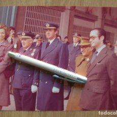 Militaria: GRAN FOTOGRAFIA DE LOS REYES D. JUAN CARLOS Y Dª SOFIA EN AEROPUERTO. EPOCA DE LA TRANSICION.. Lote 134916158