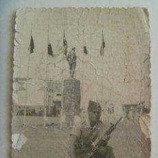 Militaria: LA LEGION : FOTO DE LEGIONARIO CON UNIFORME DE CAMPAÑA Y CETME , MONUMENTO Y BANDERAS. Lote 135502014