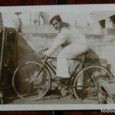 Militaria: FOTOGRAFIA DE MARINERO MONTADO EN UNA BICICLETA, AÑOS 50, MIDE 9 X 6,5 CMS.. Lote 136001810
