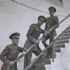 Militaria: FOTOGRAFÍA ALFÉREZ PROVISIONAL DEL EJÉRCITO ESPAÑOL. CLUB NÁUTICO NADOR 1942. Lote 136228542