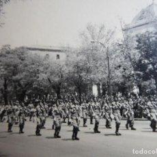 Militaria: FOTOGRAFÍA PARACAIDISTAS BRIGADA PARACAIDISTA. DESFILE DE LA VICTORIA BRIPAC. Lote 137364118