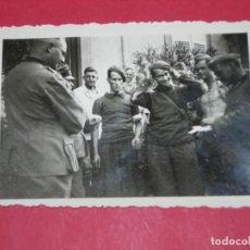 Militaria: FOTO SOLDADOS ALEMANES HAN CAPTURADO PRISIONEROS(025). Lote 138676758