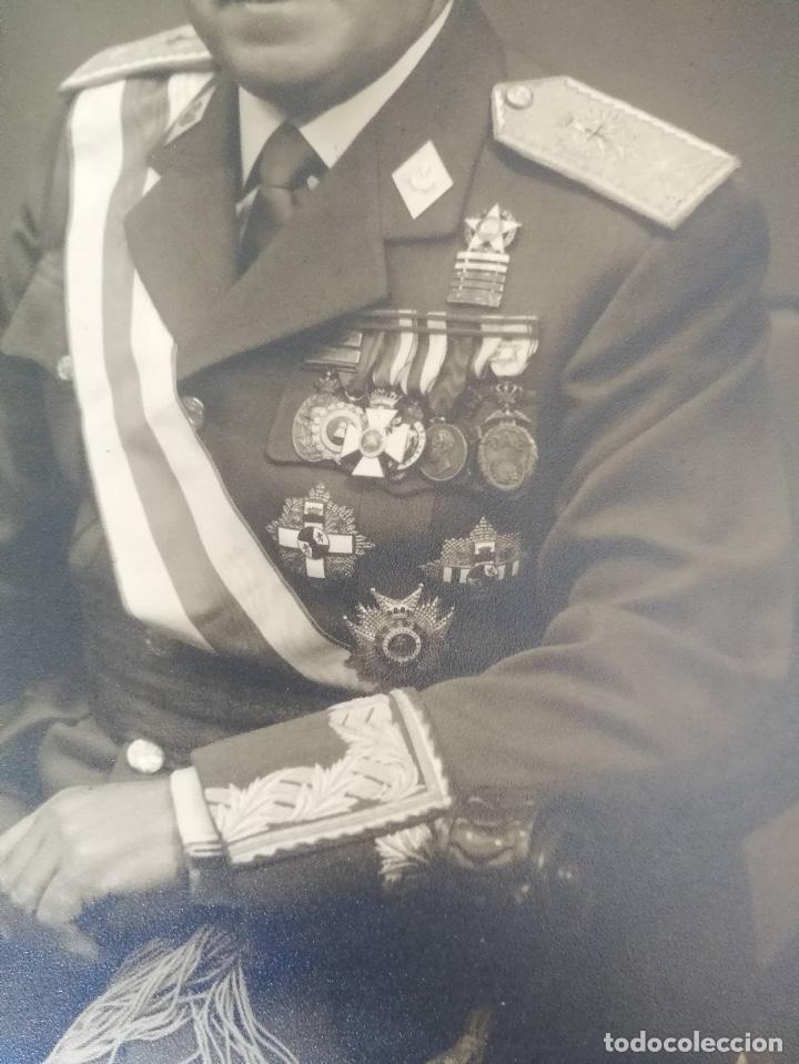 Militaria: ANTIGUA FOTOGRAFIA OFICIAL DE GALA - GENERAL DE INTERVENCIÓN - REGULARES - CON SUS CONDECORACIONES - Foto 2 - 138990290