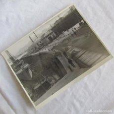 Militaria: FOTOGRAFÍA INSTALACIÓN DE VIAS Y ADOQUINADO DIQUE SECO CARTAGENA 11-12-1946, 23X17 CM. Lote 139573118