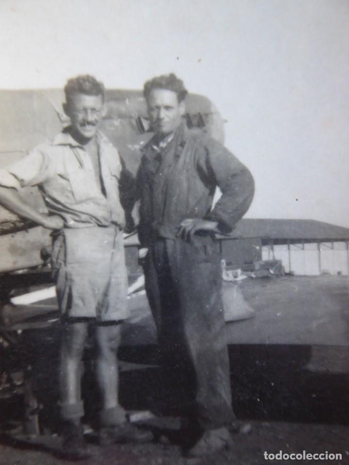 FOTOGRAFÍA MECÁNICOS AVIÓN HAWKER HURRICANE. RAF (Militar - Fotografía Militar - II Guerra Mundial)