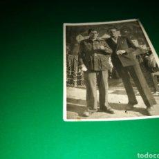Militaria: FOTO DE UN MILITAR Y UN HOMBRE DE PAISANO. FECHADA EN VALENCIA EN 1948. Lote 139670649