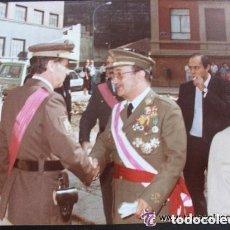 Militaria: FOTO GENERAL EJERCITO ( CONDECORADO GUERRA CIVIL, MERITO AEREO, ETC ) Y COMANDANTE POLICIA NACIONAL. Lote 139734222