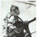 Militaria: GUERRA CIVIL ESPAÑOLA - FOTO PRENSA MONO CON AMETRALLADORA STAR Z-4 - PUBLICADA EN FRANCIA AÑOS 50. Lote 140032686