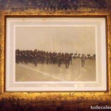 Militaria: FOTOGRAFÍA ENMARCADA REGIMIENTO MILITAR. ESPAÑA. AÑOS 70. BUEN ESTADO. 28,5X 23 CM. 17X12 CM.. Lote 140572650