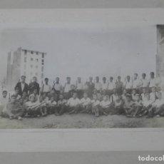 Militaria: FOTOGRAFIA DE GRUPO DE HOMBRES ARMADOS, JUNTO CON DOS INSTRUCTORES QUE PARECEN DE LA GUARDIA DE ASAL. Lote 140842898