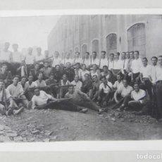 Militaria: FOTOGRAFIA DE GRUPO DE HOMBRES ARMADOS, JUNTO CON DOS INSTRUCTORES QUE PARECEN DE LA GUARDIA DE ASAL. Lote 140848590