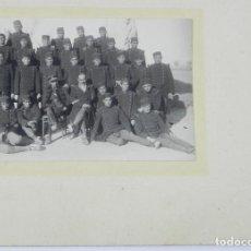 Militaria: FOTOGRAFIA DE MILITARES DEL REGIMIENTO Nº 5 JUNTO CON SUS OFICIALES, UNO DE ELLOS CON DISNTITIVO DE . Lote 140850742
