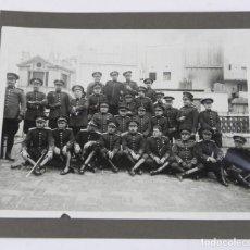 Militaria: FOTOGRAFIA CON OFICIALES DEL CUERPO DE SEGURIDAD, GUARDIAS DE ASALTO, AÑOS 20 - 30, MIDE 25 X 21,5 C. Lote 140861706