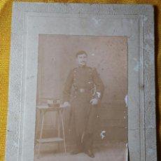 Militaria: FOTOGRAFÍA ARTILLERO ÉPOCA ALFONSO XIII. FOTOGRAFÍA MADRILEÑA, CORUÑA. 18 X 12,2 CM APROX.. Lote 140932594