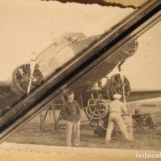 Militaria: GUERRA CIVIL FAMILIA MILITAR DE CEUTA AVION PILOTO Y REGULAR ABASTECIENDO AVIACION. Lote 141452190