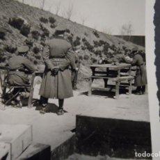 Militaria: SOLDADO DE LA WEHRMACHT PRACTICADO TIRO SOBRE UNA MESA . AÑOS 1939-45. Lote 141693422