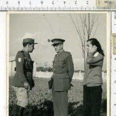 Militaria: FOTOGRAFIA MILITAR CAPITAN DE ARTILLERIA MONTADA CON PARCHE EN EL B RAZO DIVISON ...... Lote 141840582