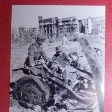 Militaria: FOTOGRAFÍA - II GUERRA MUNDIAL - TANQUES - SOLDADOS CON RESTOS DE VEHÍCULO DESTRUIDO - 10 X 15 CM. . Lote 141853502
