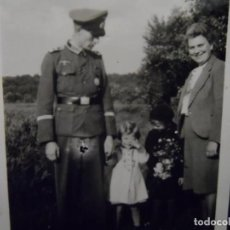 Militaria: OFICIAL DE LA WEHRMACHT CONDECORADO CON SU FAMILIA. AÑOS 1939-45. Lote 142091562
