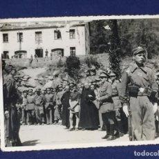 Militaria: FOTOGRAFIA MILITAR DISCURSO EN PATIO CASONA FALANGE YUGO FLECHAS EN FACHADA 8,5X11CMS. Lote 142152990