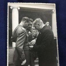 Militaria: FOTOGRAFIA OFICIALES CURA ANUDANDO FAJIN MEDALLAS CAPITAN DIC 1949 17,5X11,5CMS. Lote 142153486