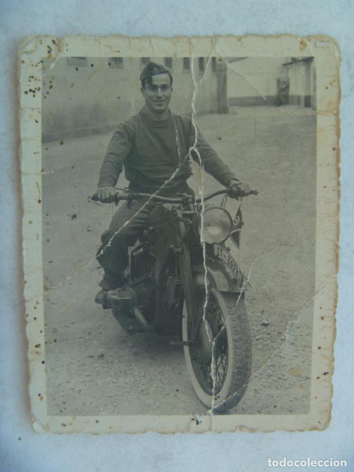 FOTO DE MILITAR CON MOTO MATRICULA ET , EJERCITO DE TIERRA. VALENCIA, 1952 (Militar - Fotografía Militar - Otros)