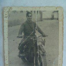 Militaria: FOTO DE MILITAR CON MOTO MATRICULA ET , EJERCITO DE TIERRA. VALENCIA, 1952. Lote 143023306