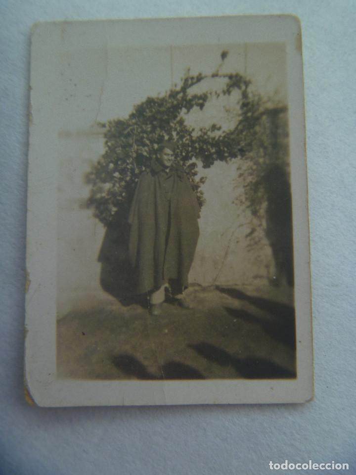 GUERRA CIVIL : FOTO DE COMBATIENTE CON CAPOTE-MANTA. PEQUEÑA (Militar - Fotografía Militar - Guerra Civil Española)
