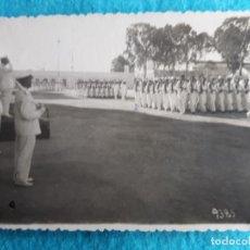 Militaria: FOTOGRAFÍA ANTIGUA DESFILE DE MILITARES ANTE EL MINISTRO. JULIO DE 1949.. Lote 144683954