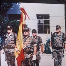 Militaria: FOTO DE FORMACION DE MILITARES FERROVIARIOS , CON SABLE Y BANDERA. GIGANTE DE 30 X 40 CM. Lote 144716406