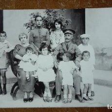 Militaria: TARJETA POSTAL CON FAMILIA DE MIEMBROS MILITARES. Lote 145356006