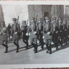Militaria: ACADEMIA SANIDAD MILITAR, PROMOCION DESFILANDO JURA BANDERA EN VALVERDE 1954. Lote 146510814