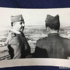 Militaria: FOTOGRAFIA FRANCISCO FRANCO GENERALÍSIMO CAUDILLO POSGUERRA CONVERSACIÓN AÑOS 50 S XX. Lote 146520678