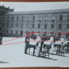 Militaria: CADETE RECOGIENDO DESPACHO ALFÉREZ AGM ZARAGOZA. ORIGINAL SELLO DE PHOTOS. ALFONSO, 1. AÑO 66. Lote 146710214