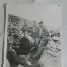 Militaria: FOTOGRAFIA PLENA GUERRA CIVIL, MILITARES NACIONALES, PRIMERA LINEA DEL FRENTE, MIDE 8,5 X 6,2 CMS. E. Lote 195359933