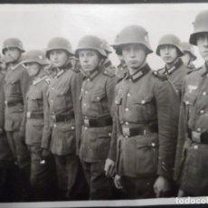 Militaria: SOLDADOS WERMACHT FORMADOS CON CASCOS M-16 Y M-35. AÑO 1940. Lote 147381478