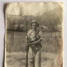 Militaria - FOTOGRAFÍA FOTO. GUERRA CIVIL. SOLDADO DE LA REPUBLICA UNIFORMADO, CON MÁSCARA Y FUSIL. 12 x 17.5 CM - 147503582