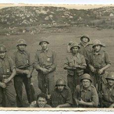 Militaria: GRUPO DE REQUETÉS CARLISTAS, POSIBLEMENTE FRENTE DE ARAGÓN, GUERRA CIVIL 17,5X12,5 CM. Lote 147822926