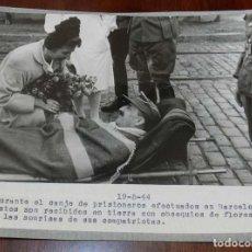 Militaria: EXCEPCIONAL FOTOGRAFIA EN EL PUERTO DE BARCELONA CANJE DE PRISIONEROS DEL EJE Y ALIADOS EN 19 DE MAY. Lote 147976358