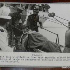 Militaria: EXCEPCIONAL FOTOGRAFIA EN EL PUERTO DE BARCELONA CANJE DE PRISIONEROS DEL EJE Y ALIADOS EN 19 DE MAY. Lote 147976614