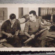 Militaria: FOTOGRAFIA MILITAR - LIMPIANDO EL MAUSER - 85 X 62 MM. Lote 148543790