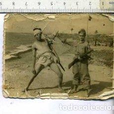Militaria: FOTOGRAFIA MILITAR SOLDADO JUGANDO A MATAR A OTRO. Lote 178919995
