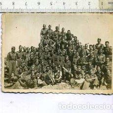 Militaria: FOTOGRAFÍA MILITAR COMPAÑIA DE ARTILLERIA FOTO SOLER 1945. Lote 148689002