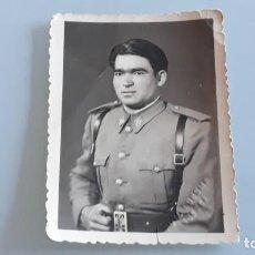 Militaria: ANTIGUA FOTOGRAFIA MILITAR SOLDADO REGIMIENTO INFANTERIA HUESCA FOTO LUESMA HUESCA AÑOS 50. Lote 148778682