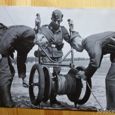 Militaria: FOTOGRAFIA 2ª GUERRA MUNDIAL SOLDADOS TENDIENDO LINEA 8 JULIO 1941 FOTO MANZANO. Lote 149540062