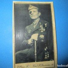 Militaria: MILLAN ASTRAY LEGION FOTO CERTIFICADA CON EL EMBLEMA TROQUELADO DE FALANGE. Lote 119902203