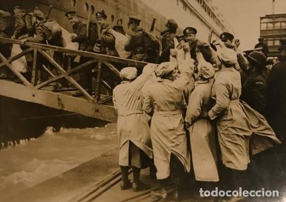 SOLDADOS CANADIENSES EMBARCANDO EN EL OLMPYIC. FOTOGRAFÍA 16,7X12 CM (Militar - Fotografía Militar - Otros)